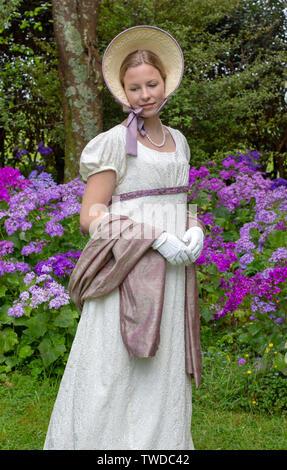 Regency femme en robe crème sur fond de studio Banque D'Images