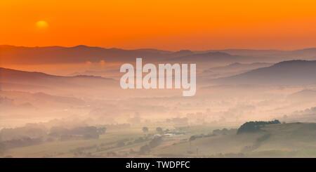 Paysage vallonné de la Toscane avec scène de brume matinale campagne village Banque D'Images