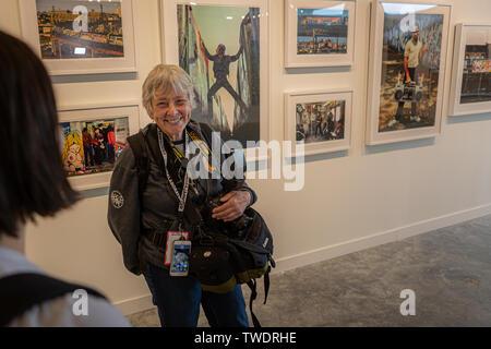 Brooklyn, États-Unis. 19 Juin, 2019. Martha Cooper est un photojournaliste américain, qui a documenté la scène graffiti New York des années 1970 et 1980. Au-delà de la rue, le premier ministre exposition de graffiti, street art et au-delà a ouvert ses portes à Brooklyn, New York le 19 juin 2019. L'énorme show célèbre plus de 150 artistes de partout dans le monde, y compris Shepard Fairey, Beastie Boys, Glen E. Friedman, SWOON et filles de guérilla. Crédit: Michael Nigro/Alamy Live News