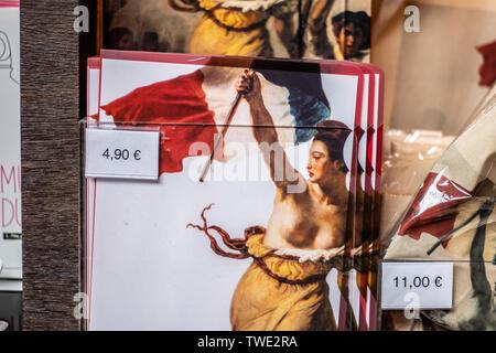 Paris, France, 07 Octobre 2018: Louvre, de souvenirs à vendre, de butin touristique célèbre tableau La Liberté guidant le peuple par Eugène Delacroix Banque D'Images