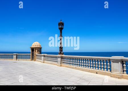 Promenade en bord de mer ensoleillée à Cadix, Province de Cadix, Andalousie, Espagne avec une belle lampe de rue et Watch Tower
