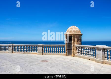 Promenade en bord de mer ensoleillée à Cadix, Province de Cadix, Andalousie, Espagne avec un watch tower