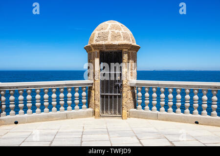 Verrouillé watch tower à la promenade en bord de mer ensoleillée à Cadix, Province de Cadix, Andalousie, Espagne