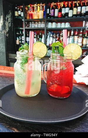 L'été des cocktails mojito et fraise fraîche dans un verre pot Mason sur un comptoir bar
