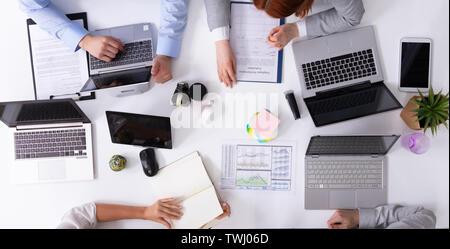 Vue de dessus d'une table avec des ordinateurs portables d'affaires à avoir à la réunion de discussion Banque D'Images