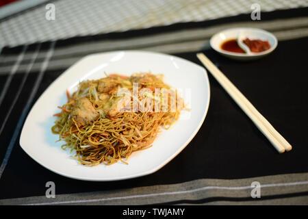 Singapour nouilles de riz frit style setup, bien sur une table prêt à servir Banque D'Images