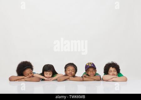 Groupe d'enfants dormant dans une rangée Banque D'Images