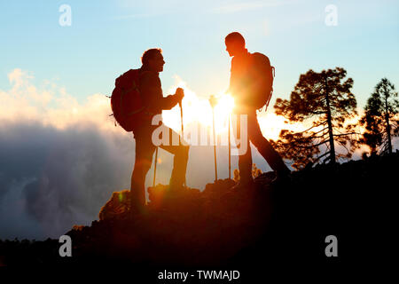 Deux randonnées à profiter de la vue sur le coucher du soleil Randonnée en montagne randonnée en nature paysage au coucher du soleil. Couple en faisant des activités de plein air. Banque D'Images