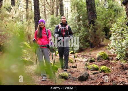 Couple Randonneur randonneurs randonnée en forêt le chemin dans les montagnes. La femme et l'homme multiraciale vivant une vie active saine profiter de la nature à La Esperanza forest, Tenerife, Canaries, Espagne.