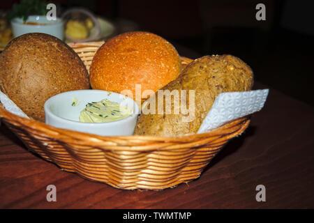 Délicieux, du pain frais de divers choix dans un panier de paille.
