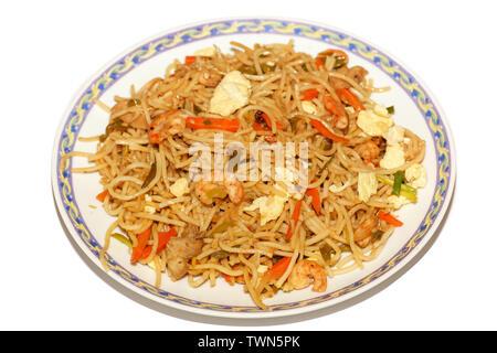 Poulet Hakka chowmein (nouilles) Repas d'œufs et de crevette en close up macro-vision. Nouilles avec légumes mixtes chowmein est un populaire de la cuisine chinoise Banque D'Images
