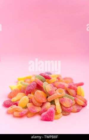 Les gelées sucrées isolé sur un fond rose