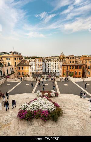 Les marches espagnoles et la Piazza di Spagna avec la Fontana della Barcaccia et la célèbre Via dei Condotti. Rome, UNESCO World Heritage site, Italie Banque D'Images