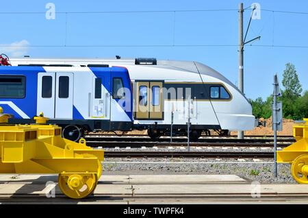 Matériel roulant métro moderne et Européen train voyageurs à grande vitesse sur une zone de chemin de fer de l'usine de montage automobile ferroviaire Stadler - Image Banque D'Images