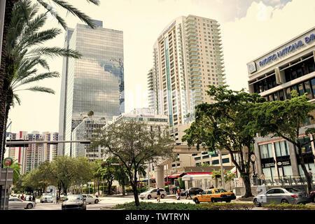 Miami, USA - 30 octobre 2015: financial centre avec de hauts bâtiments voitures et palmiers dans le quartier d'affaires. Propriété commerciale ou l'immobilier. L'esprit d'économie et de concept. Banque D'Images