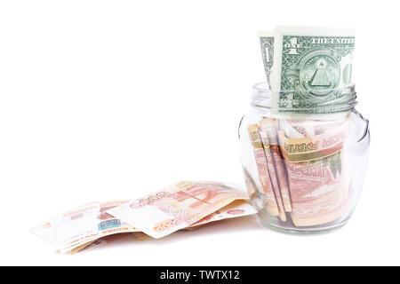 Dollar dans un bocal de verre rouble russe. l'argent est dans un bocal de verre. Cinq mille roubles sur fond blanc, avec la Banque de l'argent sur fond isolé