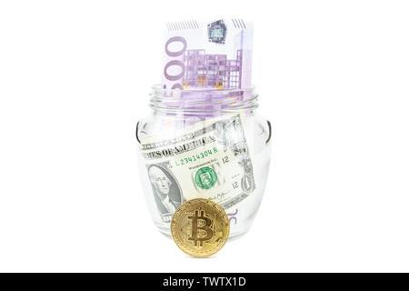 Pièce d'or bronze Bitcoin dans un bocal en verre sur fond blanc. Un ensemble d'cryptocurrencies avec de vrais dollars à la Banque. Épargne, placements financiers, ri
