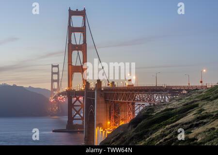 Les couleurs du crépuscule de la Golden Gate Bridge comme vu ci-dessus de la plage de Marshall.