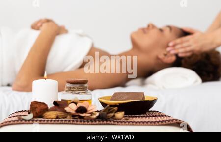 Aroma Spa. Afro Woman Enjoying Massage du visage au Spa de Luxe