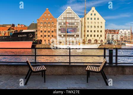 GDANSK, Pologne - 22 juin 2019: bancs sur la promenade surplombant la rivière Motlawa, dans la vieille ville de Gdansk Banque D'Images