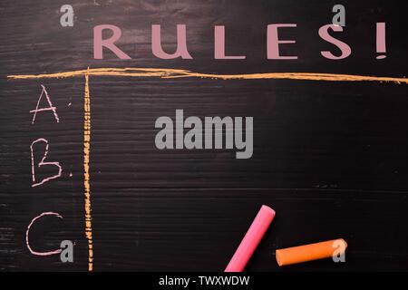Règles! Écrit avec la couleur de la craie. L'appui d'un des services supplémentaires. Concept Blackboard Banque D'Images