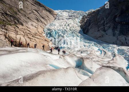 Les touristes marcher sur un glacier tour guidé sur le Glacier Briksdal en Norvège