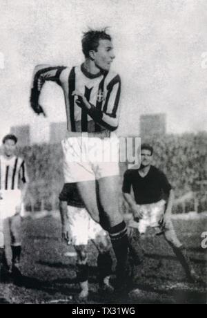 Il calciatore italiano Felice Placido Borel detto Farfallino, talvolta accréditato Come Borel (II), in azione con la maglia della Juventus nel 1934.; vers 1934 date QS:P,+1934-00-00T00:00:00Z/9,P1480,Q5727902; Manuela Romano (A ctus di la Saluña), Roberto grande (la Saloronazione): 1897-1956 il segreto della Juventus, monografia, RCS Quotidiani, RAI Trade, Groupe LaPresse, 2005; Inconnu; Banque D'Images