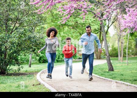 Famille heureuse et en jouant dans un parc