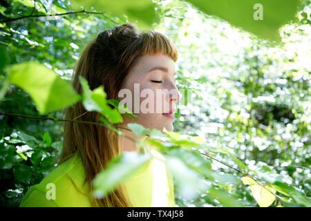 Portrait de jeune femme dans la forêt