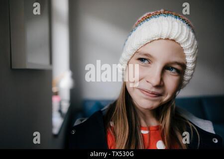 Portrait of Girl wearing hat laineux à la maison Banque D'Images
