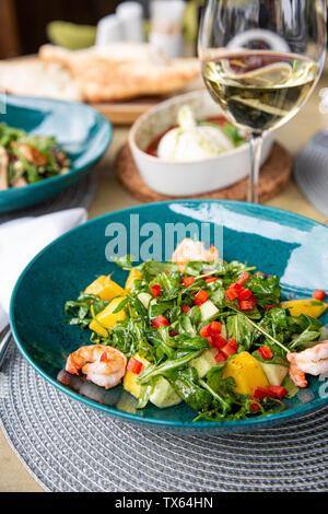 Plateau de fruits sains, Fraises Framboises Pommes Prunes Raisins oranges kiwis bleuets sur la table en bois gris foncé, vue du dessus, Close up Banque D'Images