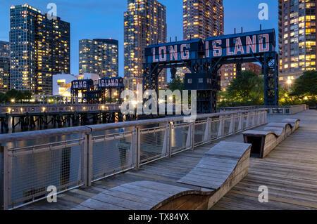 Bras Plaza State Park de nuit avec des Portiques, restauré de Long Island Long Island City, New York, USA