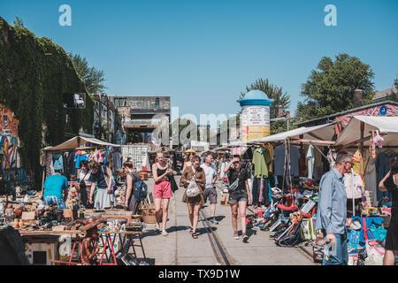 Berlin, Allemagne - juin 2019: les gens sur les matières premières sur le marché aux puces Un dimanche ensoleillé, à Berlin Friedrichshain Banque D'Images
