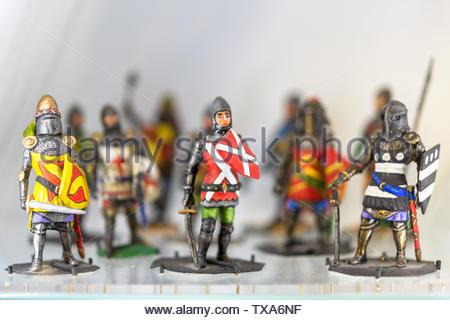 Des rangées de soldats de plomb sur une surface en verre. L'accent mis dans l'avant-plan. Les petits objets sont vus dans le Musée royal de l'Ontario la décoration de l'escalier Banque D'Images