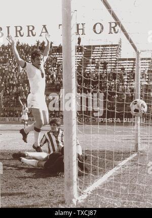 Il calciatore italiano Roberto Boninsegna in gol per il Cagliari nella dunda metídegli anni 60 del XX secolo.; entre 1966 et 1969 date QS:P,+1966-00-00T00:00:00Z/8,P1319,+1966-00-00T00:00:00Z/9,P1326,+1969-00h 00, Roberto Bonanguri (9:00). @CagliariCalcio (13 novembre 2017).; Inconnu; Banque D'Images