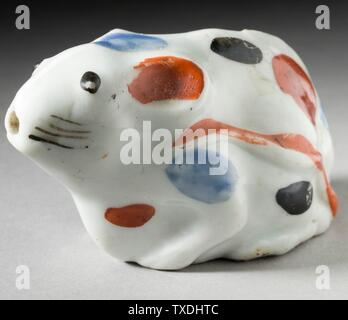 'L'eau compte-gouttes sous la forme d'un rat Piebald; Anglais: japon, 19e siècle les outils et l'équipement; l'eau gouttes tasses avec du blanc, bleu et noir. rouge overglaze Kakiemon (peut-être) ou Arita 2 1/8 x 3 3/4 x 1 7/8 in. (5,40 x 9,53 x 4,76 cm) Don de Allan et Maxine Kurtzman (M2005.79.5); l'Art Japonais date du 19ème siècle QS:P571,+1850-00-00T00:00:00Z/7; ' Banque D'Images