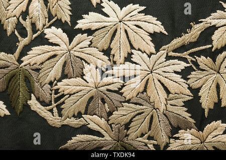 Robe de chambre style kimono pour femme avec Sash (image 15 de 15); Japon pour le marché occidental, costumes de fin du XIXe au début du XXe siècle; vêtements de nuit (corps entier) robe: Crêpe de soie avec broderie de soie; sash: Tissage de soie Uni avec broderie de soie et frange de soie nouée a) dos de robe de centre longueur: 53 1/2 po. (135,89 cm); a) largeur de voie : 57 po. (144,78 cm); b) longueur de la laisse : 108 po. (274,32 cm) Acheté avec des fonds fournis par Suzanne A. Saperstein et Michael et Ellen Michelson, avec un financement supplémentaire du Conseil des costumes, de la Fondation Edgerton, de Gail et Gerald Oppenheimer, Maureen H