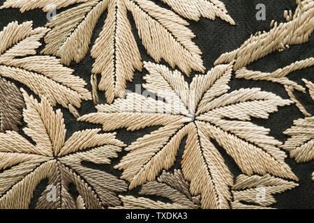 Robe de chambre style kimono pour femme avec Sash (image 9 de 15); Japon pour le marché occidental, costumes de fin du XIXe au début du XXe siècle; vêtements de nuit (corps entier) robe: Crêpe de soie avec broderie de soie; sash: Tissage de soie Uni avec broderie de soie et frange de soie nouée A) dos de robe de centre longueur: 53 1/2 po. (135,89 cm); a) largeur de voie : 57 po. (144,78 cm); b) longueur de la laisse : 108 po. (274,32 cm) Acheté avec des fonds fournis par Suzanne A. Saperstein et Michael et Ellen Michelson, avec un financement supplémentaire du Conseil des costumes, de la Fondation Edgerton, de Gail et Gerald Oppenheimer, Maureen H.