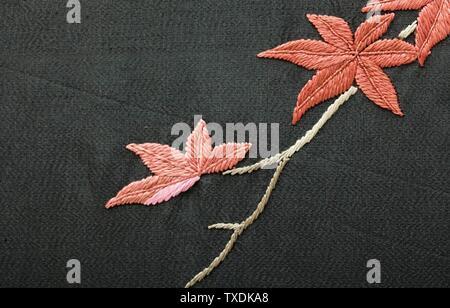 Robe de chambre style kimono pour femme avec Sash (image 8 de 15); Japon pour le marché occidental, costumes de fin du XIXe au début du XXe siècle; vêtements de nuit (corps entier) robe: Crêpe de soie avec broderie de soie; sash: Tissage de soie Uni avec broderie de soie et frange de soie nouée A) dos de robe de centre longueur: 53 1/2 po. (135,89 cm); a) largeur de voie : 57 po. (144,78 cm); b) longueur de la laisse : 108 po. (274,32 cm) Acheté avec des fonds fournis par Suzanne A. Saperstein et Michael et Ellen Michelson, avec un financement supplémentaire du Conseil des costumes, de la Fondation Edgerton, de Gail et Gerald Oppenheimer, Maureen H.