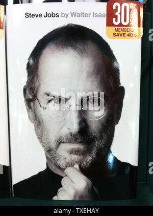 La biographie 'Steve Jobs', par Walter Isaacson, est vu à une librairie de Cedar Hill, Texas le 24 octobre 2011. La biographie, qui est en vente aujourd'hui, raconte une histoire candide d'emplois qui est mort le 5 octobre et partage ses opinions sur les affaires et sa vie personnelle, y compris son combat contre le cancer. UPI/Kevin Dietsch Banque D'Images