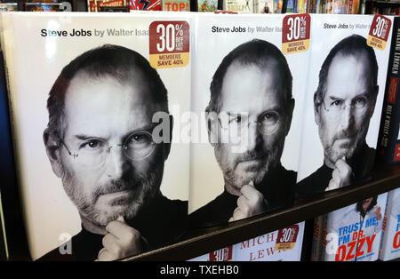 Des exemplaires de la biographie 'Steve Jobs', par Walter Isaacson, est vu à une librairie de Cedar Hill, Texas le 24 octobre 2011. La biographie, qui est en vente aujourd'hui, raconte une histoire candide d'emplois qui est mort le 5 octobre et partage ses opinions sur les affaires et sa vie personnelle, y compris son combat contre le cancer. UPI/Kevin Dietsch Banque D'Images