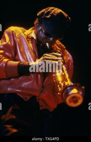 Le trompettiste et compositeur de jazz américain Miles Davis sur scène au Palais Omnisport de Bercy à Paris en 1984. Banque D'Images