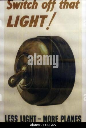 """La Seconde Guerre mondiale affiche publiée par le ministère de l'alimentation de carburant et intitulé 'basculer off cette lumière! Moins de lumière - plus d'avions"""". Datée 1939 Banque D'Images"""