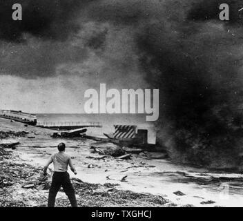 Photo d'un homme regardant la destruction de la digue après un ouragan. La Floride. Datée 1947 Banque D'Images