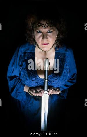 Femme tenant une épée Banque D'Images