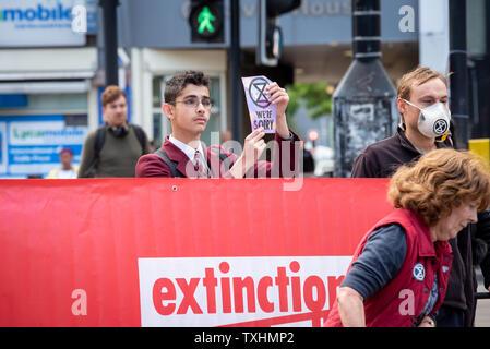 Jeune homme en uniforme d'arrête le trafic de Catford, Londres pour rébellion d'Extinction