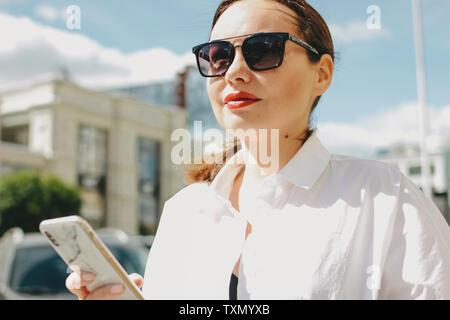 Portrait de femme élégante dame brune d'affaires d'images à la ville street