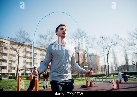 La gymnastique au sport en plein air, jeune homme sautant