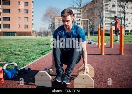 La gymnastique au sport en plein air, jeune homme faisant pousser ups