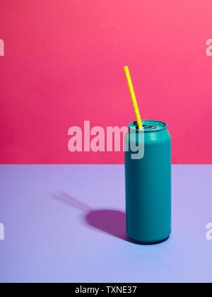 Still Life de verre turquoise et jaune paille avec fond rose Banque D'Images